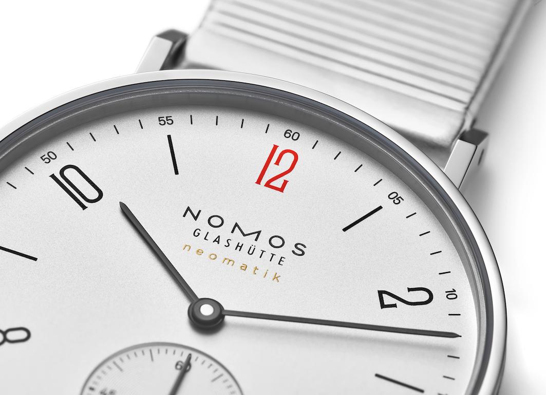 Die Nomos Tangente für Ärzte ohne Grenzen trägt eine rote Zwölf.