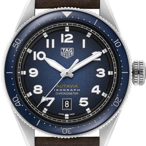 Die Autavia von TAG Heuer mit blauem Blatt und dunkelbraunem Lederarmband kostet 3.250 Euro.