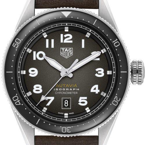 Die Autavia von TAG Heuer mit schwarzem Blatt und dunkelbraunem Lederarmband kostet 3.250 Euro.