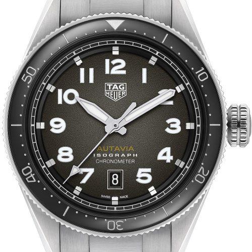 Die Autavia von TAG Heuer mit schwarzem Blatt und Edelstahlarmband plus NATO-Band kostet 3.600 Euro.