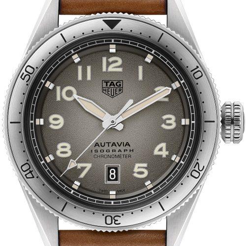 Die Autavia von TAG Heuer mit grauem Blatt, Stahllünette und hellbraunem Lederarmband kostet 3.150 Euro.