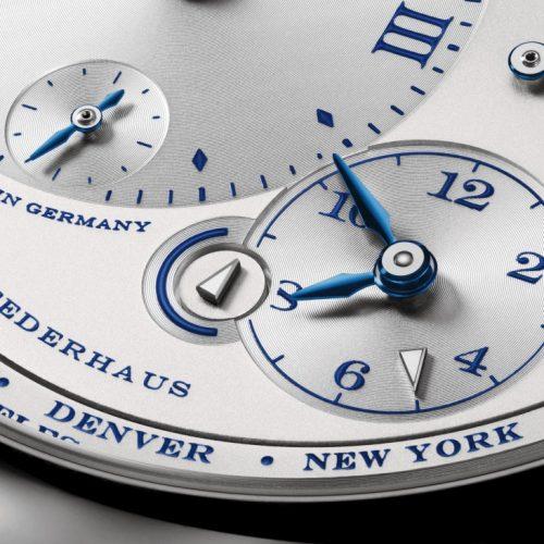 Jeder der beiden Zeitkreise ist mit einem kleinen Pfeilzeiger ausgestattet und zeigt sowohl für die Heimatzeit als auch für die zweite Zeitzone an, ob dort gerade Tag oder Nacht ist.