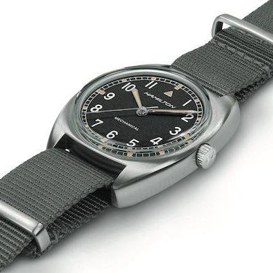 Das NATO-Armband der Khaki Pilot Pionier ist wahlweise aus Textil oder Leder.