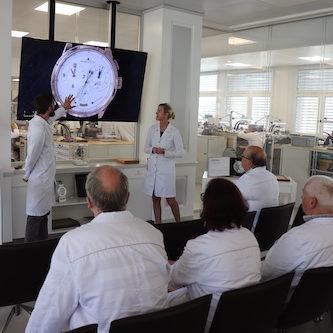 Direkt im Atelier werden die komplizierten Uhren in allen Details erklärt.