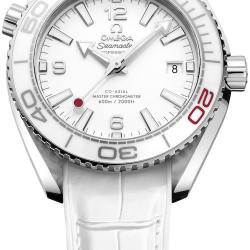 Die Seamaster Planet Ocean Olympia Tokyo 2020 von Omega wird an einem weißen Lederband geliefert.