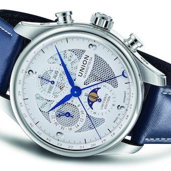 Der Belisar Chronograph Mondphase Sachsen Classic 2019von Union Glashütte am blauen Lederband mit Faltschließe.