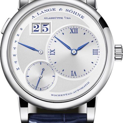 Die Lange 1 Daymatic von A. Lange & Söhne ist wie alle Jubiläumsuhren mit blauen Ziffern, Zeigern und Indizes ausgestattet.