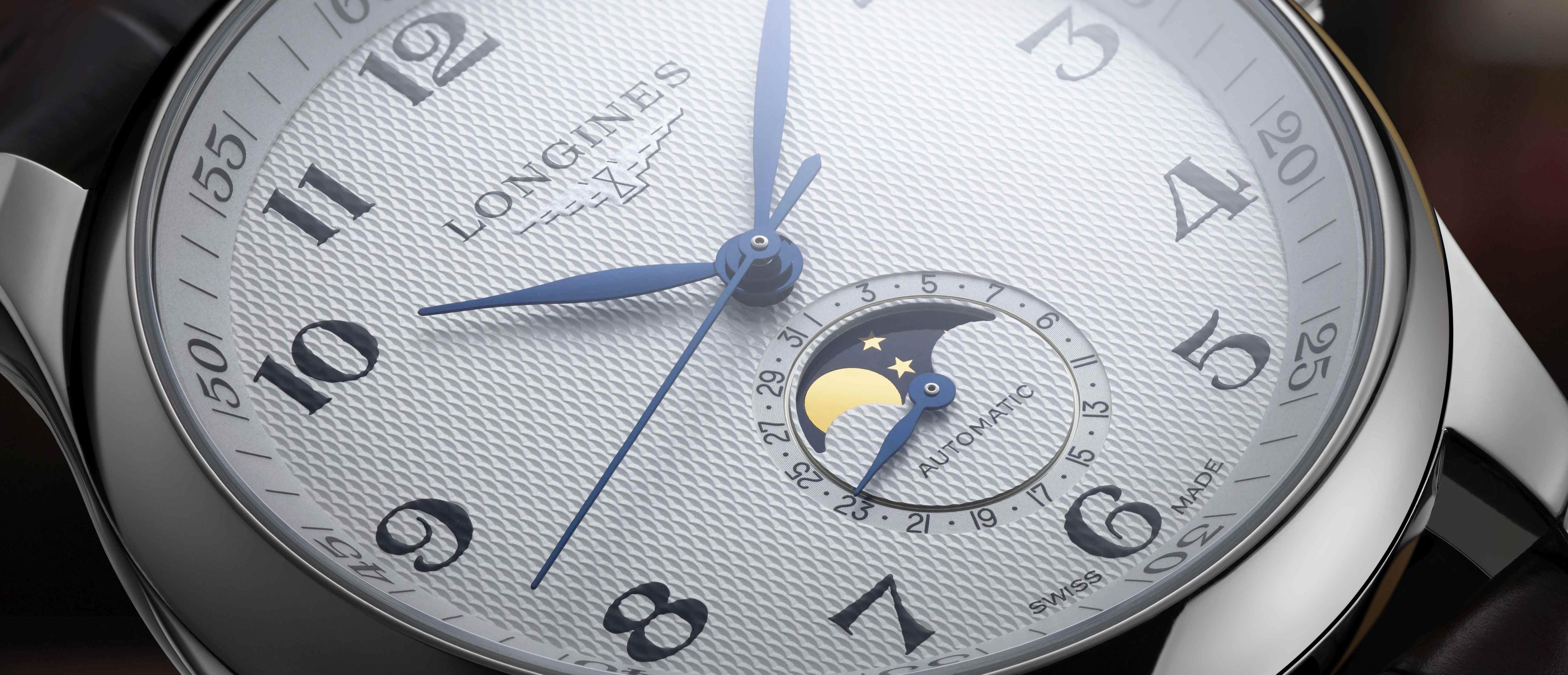 Die Longines Master mit Datum und Mondphasenanzeige bei sechs Uhr.