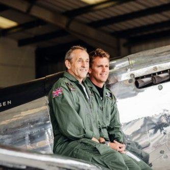 Die Piloten Steve Boultbee-Brook und Matt Jones bei der Verabschiedung in Goodwood.