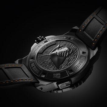 Den Boden der Patravi Scubatec Black Manta Special Edition ziert die detaillierte Gravur eines schwarzen Mantarochens.