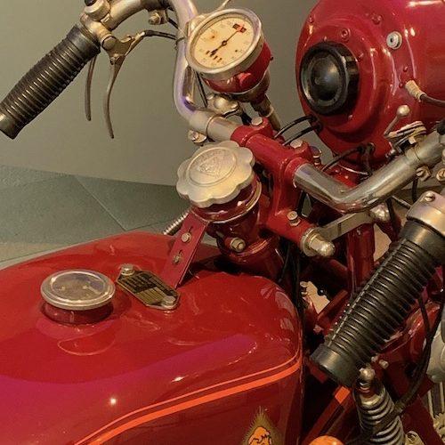 Das Modell dieses Diamant-Motorrades ist mit einem Mühle-Tachometer ausgestattet.