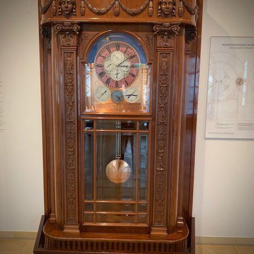 Die Goertz-Uhr zeigt Uhrzeit, Tage, Wochen, Monate und das Jahr an. Ablesen kann man auch Auf- und Untergang von Sonne und Mond über Mondzeiten, Sternbilder und Tierkreiszeichen.