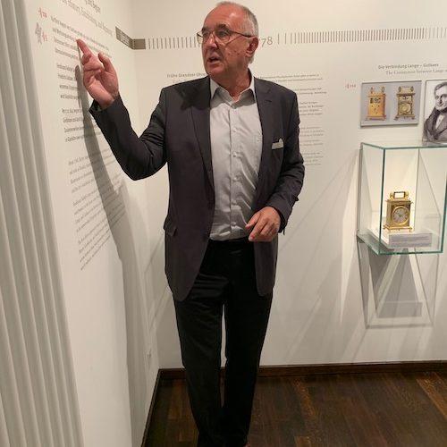 Museumsdirektor Reinhard Reichel erläutert die Geschichte Glashüttes an einem Zeitstrahl.