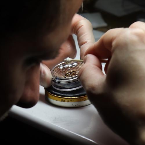 Die Montage und Reinigung eines Manufakturwerkes bei Tutima in Glashütte.