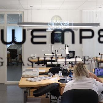 Wempe bildet in Glashütte seine Uhrmacher aus.