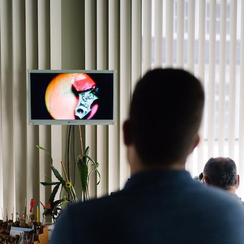 Die Handgravur lässt sich live auf dem Bildschirm mitverfolgen.