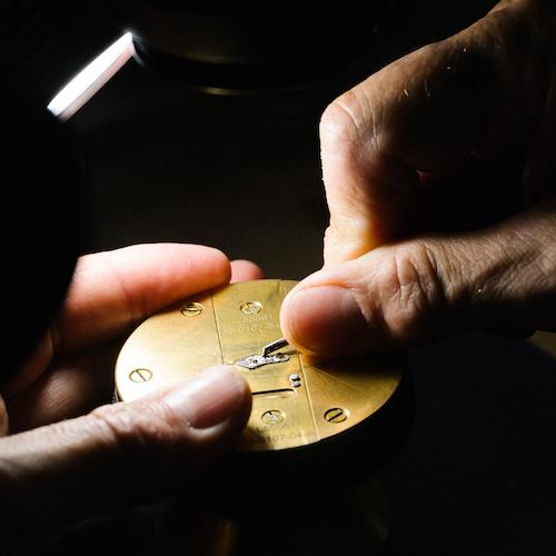 Die Gravur des Unruhklobens erfolgt traditionell von Hand.