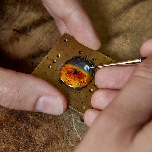 Im Visier des Astronautenhelmes spiegelt sich der Mars – ausgeführt in Grand-Feu-Emaille.