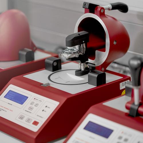 Dieses Prüfgerät arbeitet mit Luftdruck und simuliert Unter- und Überdruck.