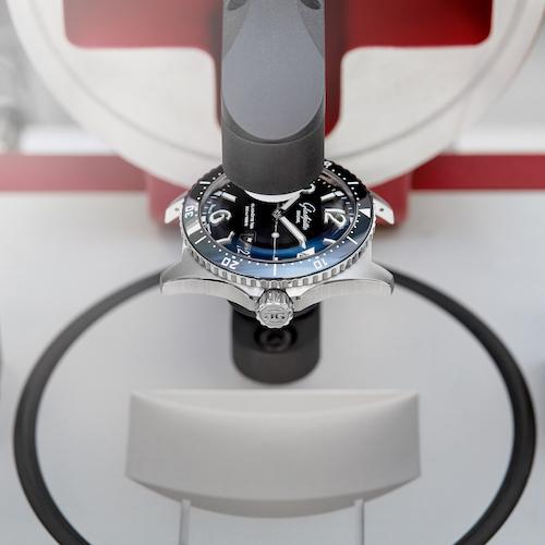 Gemessen wird, ob und wie stark sich das Volumen der Uhr bei Unter- und Überdruck verformt.