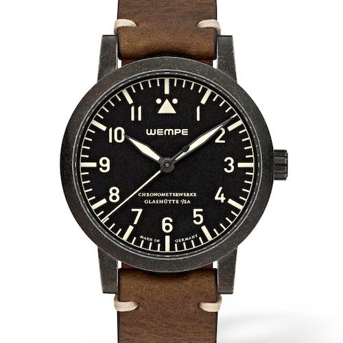 Die Wempe Chronometerwerke Automatik ist wasserdicht bis drei Bar – das genügt für eine Fliegeruhr, solange der Pilot in der Luft bleibt.