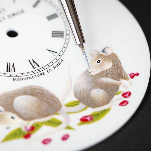 Das weiße Zifferblatt wird mit Emaille-Bildern der glücksbringenden Ratte verziert.