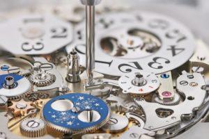 Beim Datograph Perpetual Tourbillon von A. Lange & Söhne fixiert eine Schraube den Niederhalter. Seine Aufgabe ist es, die Schaltjahresscheibe nach unten zu drücken.