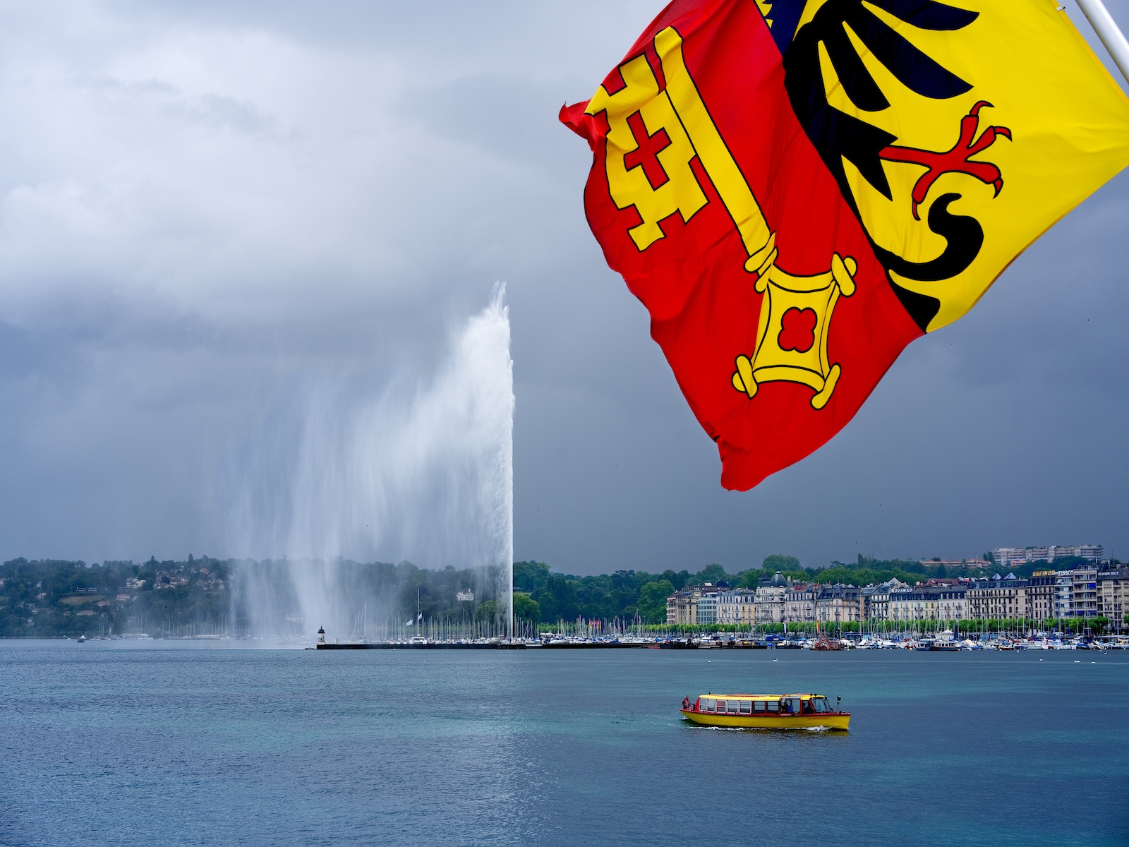 Genfer Stadtfahne am Lac Leman