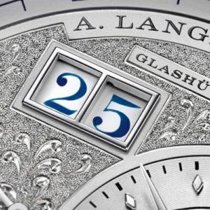 Das Lange 1 Tourbillon Ewiger Kalender Handwerkskunst besitzt ein Zifferblatt mit Reliefmuster und Tremblage.