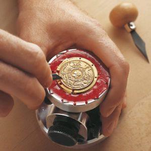 Handgravur des Gehäusebodens einer Uhr bei A. Lange & Söhne