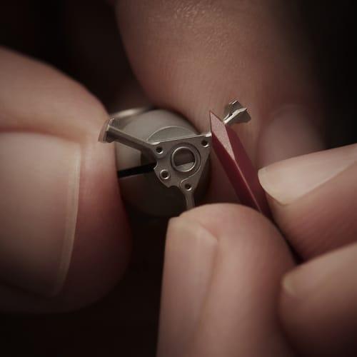 Das Abschrägen der Kanten des Automatikwerkes erfolgt per Hand.