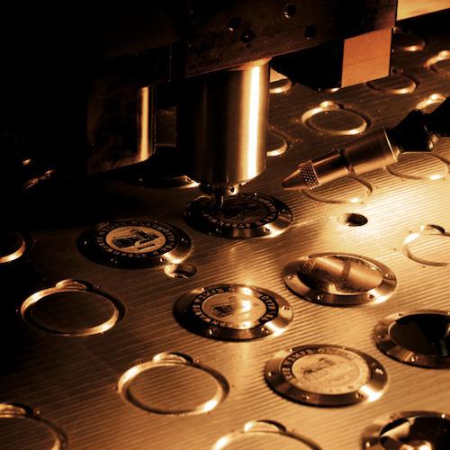 Maschinelle Gravur in einer Fräsmaschine bei Wempe Glashütte I/SA.