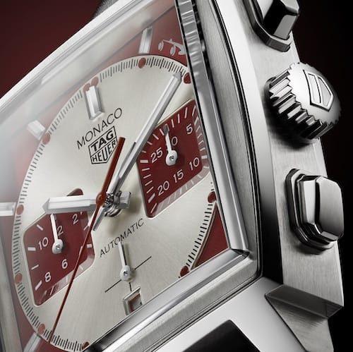 Der Chronographenzeiger ist rot lackiert. Die Indizes und der Stunden- und Minutenzeiger sind mit weißer Leuchtfarbe belegt.