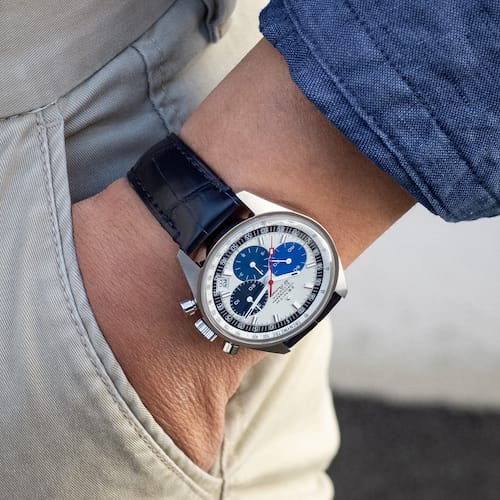 Die Zenith Chronomaster wird an einem Armband aus blauem Alligatorleder mit Dornschließe getragen