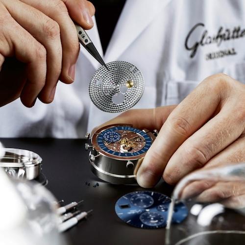 Das Kaliber 89-02 bei der Montage in der Glashütter Manufaktur.