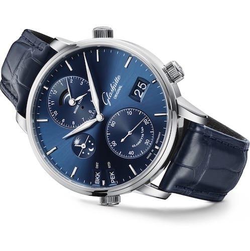 Getragen wird die Zeitzonenuhr von Glashütte Original an einem blauen Alligatorlederband.