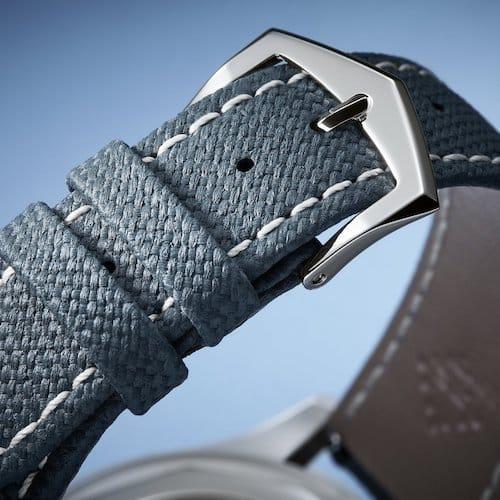 Das Kalbslederarmband wirkt durch seine Prägung wie ein Textilband.