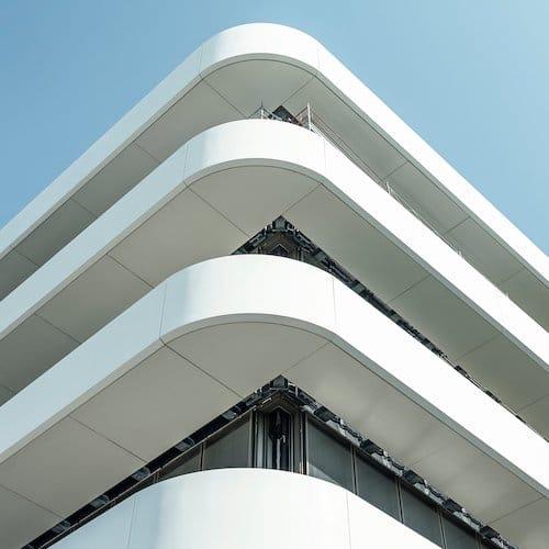 Das neue Manufakturgebäude erinnert an einen Ozeandampfer.